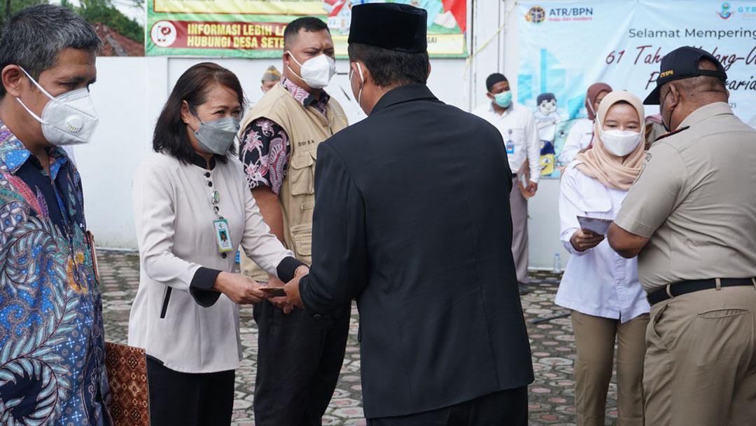 Penerimaan Sertifikat Tanah Loka Litbang Kesehatan Pangandaran
